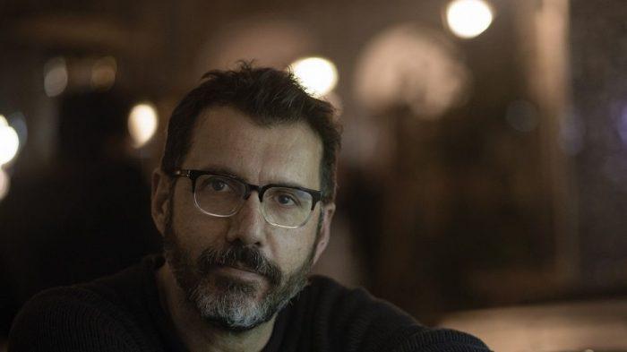 Perturbadoras confesiones: Alberto Fuguet cuenta en libro de no ficción haber violado a una mujer