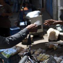Corte de pelo por dos huevos y un plátano: la dura vida en Caracas