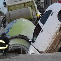 Pavimento cede en ciudad Argentina y se 'traga' un camión y un vehiculo particular