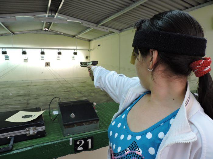 ¿Crece el miedo a la delincuencia? Aumenta el número de mujeres que realizan cursos para manejar armas de fuego