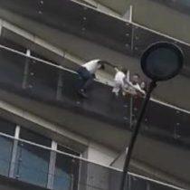 Heroico: joven escala un edificio para salvar a un niño que estaba colgando en el balcón