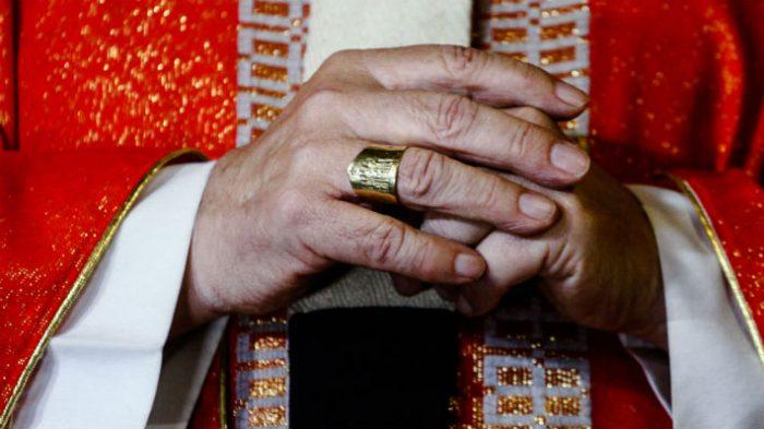 Los trapitos sucios de la Iglesia Católica: cura expulsado por el Vaticano acusa al ex obispo Duarte