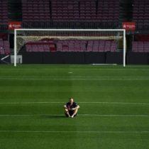 La íntima despedida de Andrés Iniesta con el Camp Nou vacío tomándose selfies