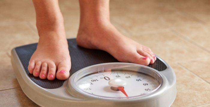 Estudio calculó que tratar la obesidad en adolescentes ahorraría más de 4.000 millones de dólares a los sistemas de salud