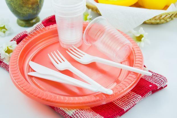 Europa busca eliminar uso de cotones, bombillas, platos y vasos de plástico