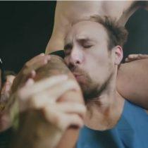 El anuncio con Putin incómodo por afecto entre hombres en el Mundial que es acusado de homofóbico
