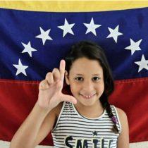 Los padres hacen arepas, los hijos les ayudan a venderlas: cómo una familia de venezolanos sordos se busca la vida en Brasil