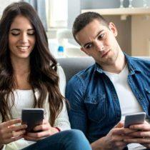 Cómo evitar que tu celular muestre tus mensajes de WhatsApp en la pantalla de bloqueo (y otros trucos para proteger tu privacidad)