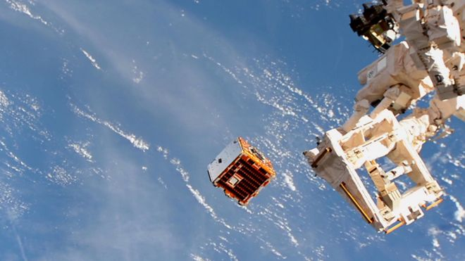 Cómo es la misión del satélite RemoveDebris, diseñado para limpiar la basura del espacio