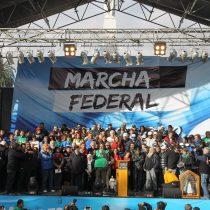 Argentina anuncia recortes de gastos mientras crecen las protestas