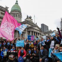 Miles de argentinas acompañan el debate histórico del aborto en el Congreso