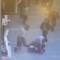 Hombre que golpeaba a su ex pareja en la calle es noqueado con un cabezazo por un transeúnte