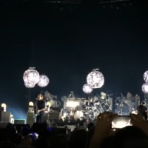 Pearl Jam rinde homenaje a Anthony Bourdain en concierto en Amsterdam