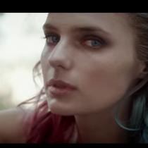 Cantante Sergyo lanza video protagonizado por Josefina Montané