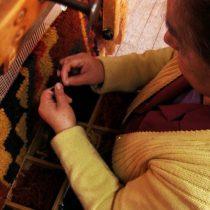 Artesanas chilenas crean 1.300 abrigos para niños antes del invierno