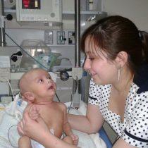 Contraloría exige al Minsal que enfermeras puedan atender en ginecología, obstetricia y neonatología: