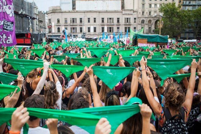 """Marcha por el aborto libre, seguro y gratuito se suma al pañuelo verde con el lema: """"No bastan tres causales"""""""