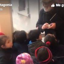 Niños y niñas confunden al alcalde de Laguna Blanca con el Viejito Pascuero