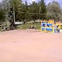 Ráfaga de viento vuela juego inflable con niños jugando adentro