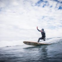 Va-Llena: la primera tabla chilena de surf hecha de residuos playeros
