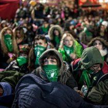 La multitudinaria vigilia de miles de argentinas tras larga jornada de votación que aprobó el aborto legal
