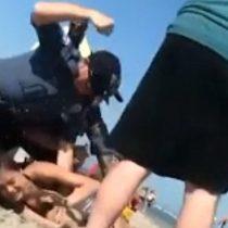 Las imágenes policiales de la violenta detención de una chica de 20 años en una playa de Estados Unidos