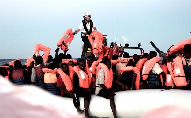 ONG dice que plan es llevar inmigrantes Aquarius en naves italianas a España