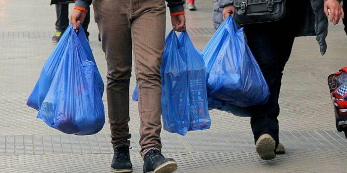 Medio Ambiente gana primer round a industriales del plástico:TC desestima ofensiva por prohibición de bolsas