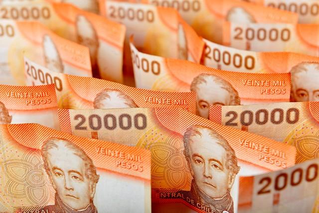 Estudio asegura que sueldo promedio en Chile es de 853 mil pesos y la brecha por género es de 11,2%