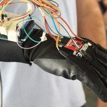 Estudiante colombiano crea guante que interpreta lenguaje de señas