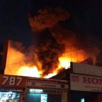 Incendio en el centro de Santiago afecta a un local comercial