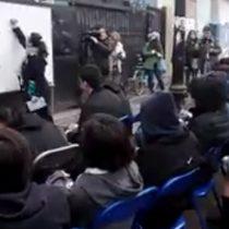 La profesora de historia que hace clase al aire libre afuera del Liceo Amunategui