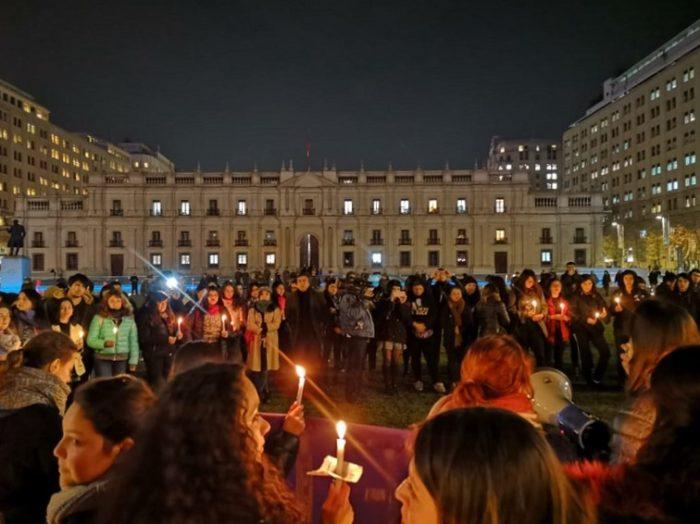 ¡Basta! Con velatón en La Moneda y distintos puntos del país, feministas se manifiestan por los femicidios que conmocionan al país
