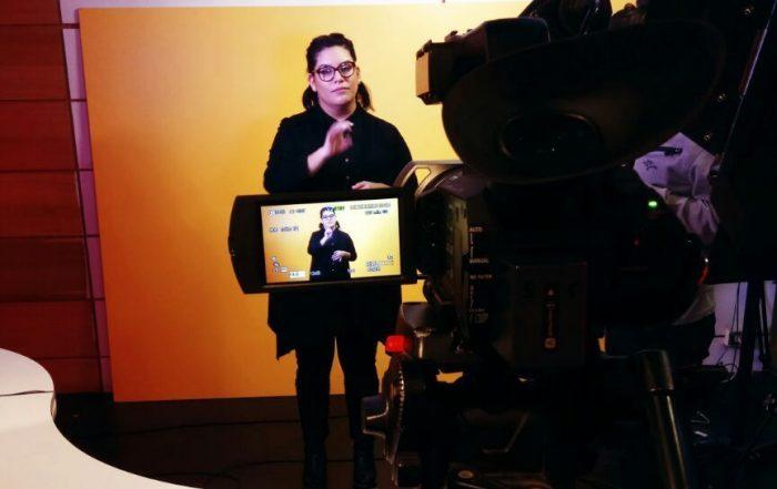 Pionero noticiario inclusivo es conducido en lengua de señas chilena