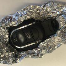 ¿Por qué recomiendan envolver las llaves del auto en papel de aluminio?
