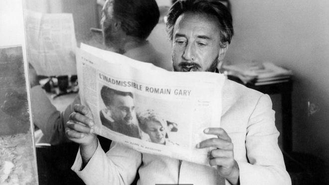 """La fascinante vida del héroe de guerra que se convirtió en """"el mayor estafador literario de la historia"""""""