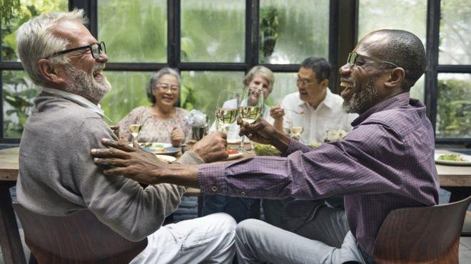 """""""Senior cohousing"""": la tendencia de envejecer rodeado de amigos como alternativa a las residencias (y por qué es bueno para la salud)"""