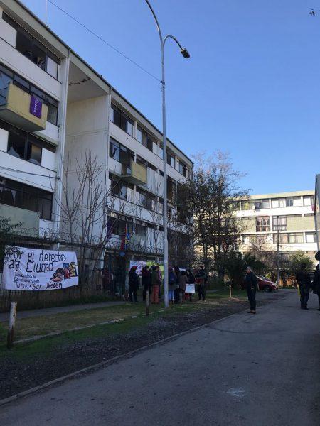 Familias de Ñuñoa se toman block de la Villa Olímpica y exigen reanudar diálogo con el Gobierno por viviendas sociales