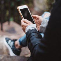 La ingeniosa manera de un joven para evitar que le roben su celular en plena calle