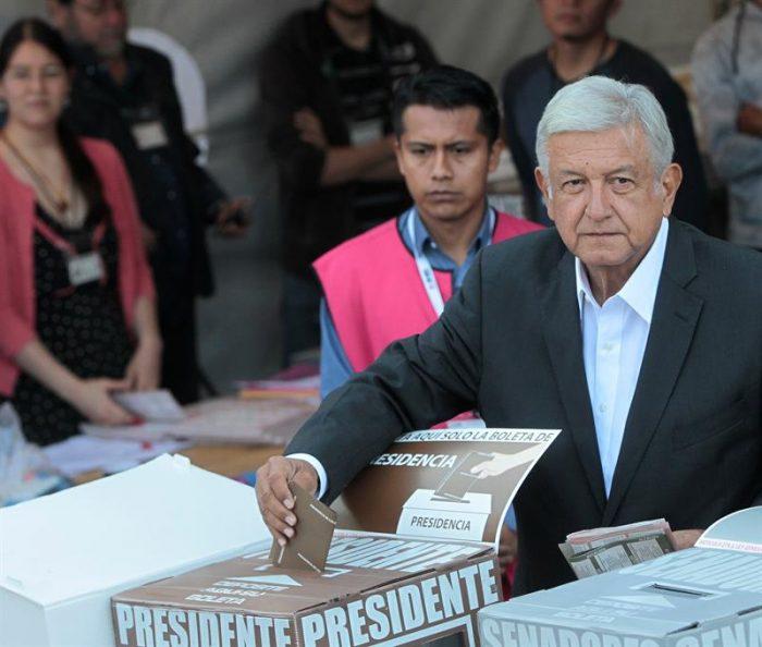 López Obrador vota y dice que mexicanos deciden entre