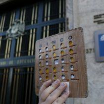"""Estudiantes secundarios no sueltan a Varela y exigen su renuncia con """"bingo simbólico"""" frente al Mineduc"""