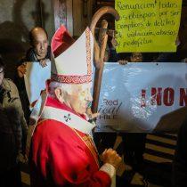 Funan a Ezzati en la Catedral de Santiago: manifestantes exigen renuncia de obispos
