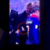 """Manos en la masa: captan """"robo de medalla"""" por parte de una de las personas que estaba en el podio del Mundial de Rusia"""