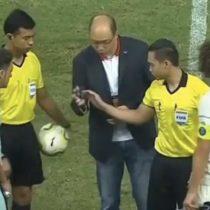 ¿Se acaba el dinero físico? El insólito sorteo con una tarjeta de crédito durante el partido entre el Arsenal y el PSG