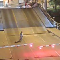 Mujer queda atrapada con su bicicleta en un puente levadizo