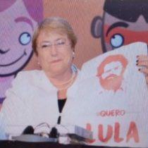 Bachelet muestra su respaldo a Lula: Posa en Brasil con polera en apoyo al ex Presidente