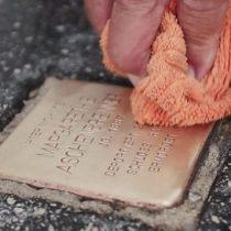 Víctimas de los nazis: el hombre que limpia las placas recordatorias del Holocausto en Salzburgo