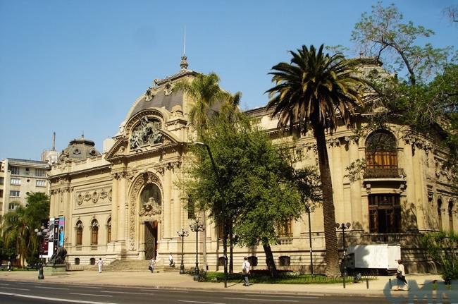 Al rojo el conflicto en el Museo de Bellas Artes: Sindicato de la DIBAM cierra filas con Farriol