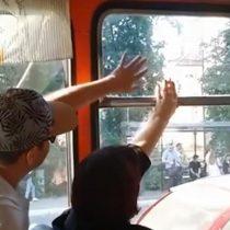 La silenciosa batalla por una ventana en un bus de Rusia causa risas en internet