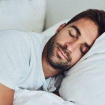 ¿Izquierda o derecha? Por qué es importante hacia qué lado duermes y cuál es el que más beneficia tu salud